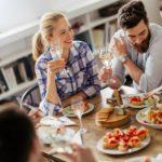 Maridaje de vino blanco con amigos